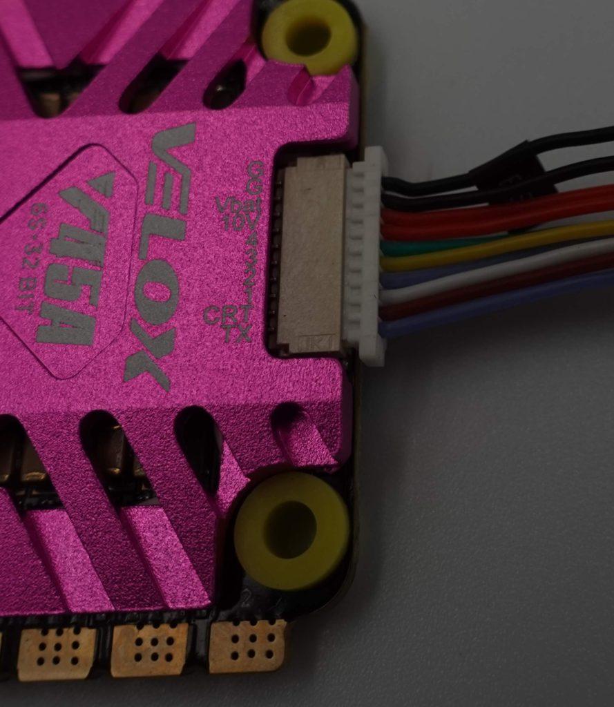 Podłączenie ESC Velox V45A z FC odbywa się za pomocą wygodnych wtyczek