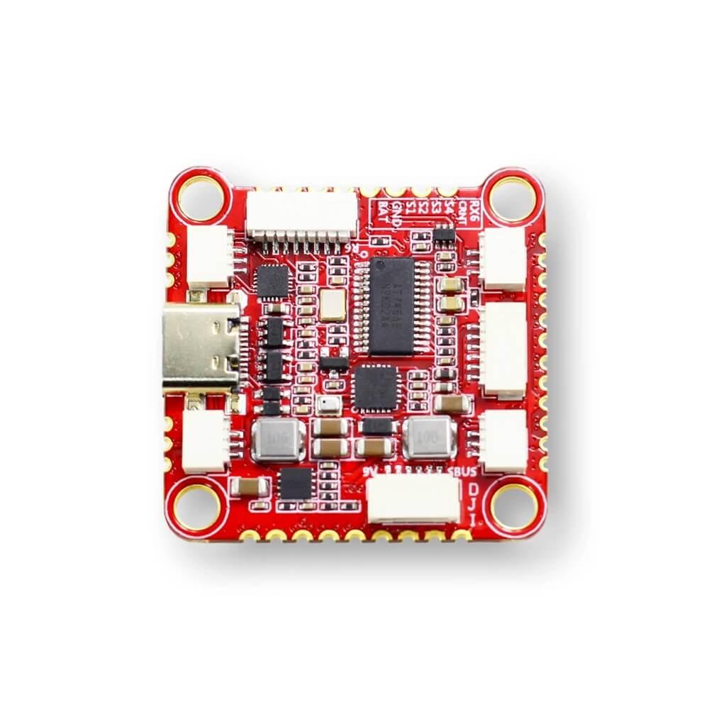 Kontroler lotu Zeus FC F722 od drugiej strony z mnogością wtyczek które zapewniają łatwe podłączenie dodatkowych akcesoriów
