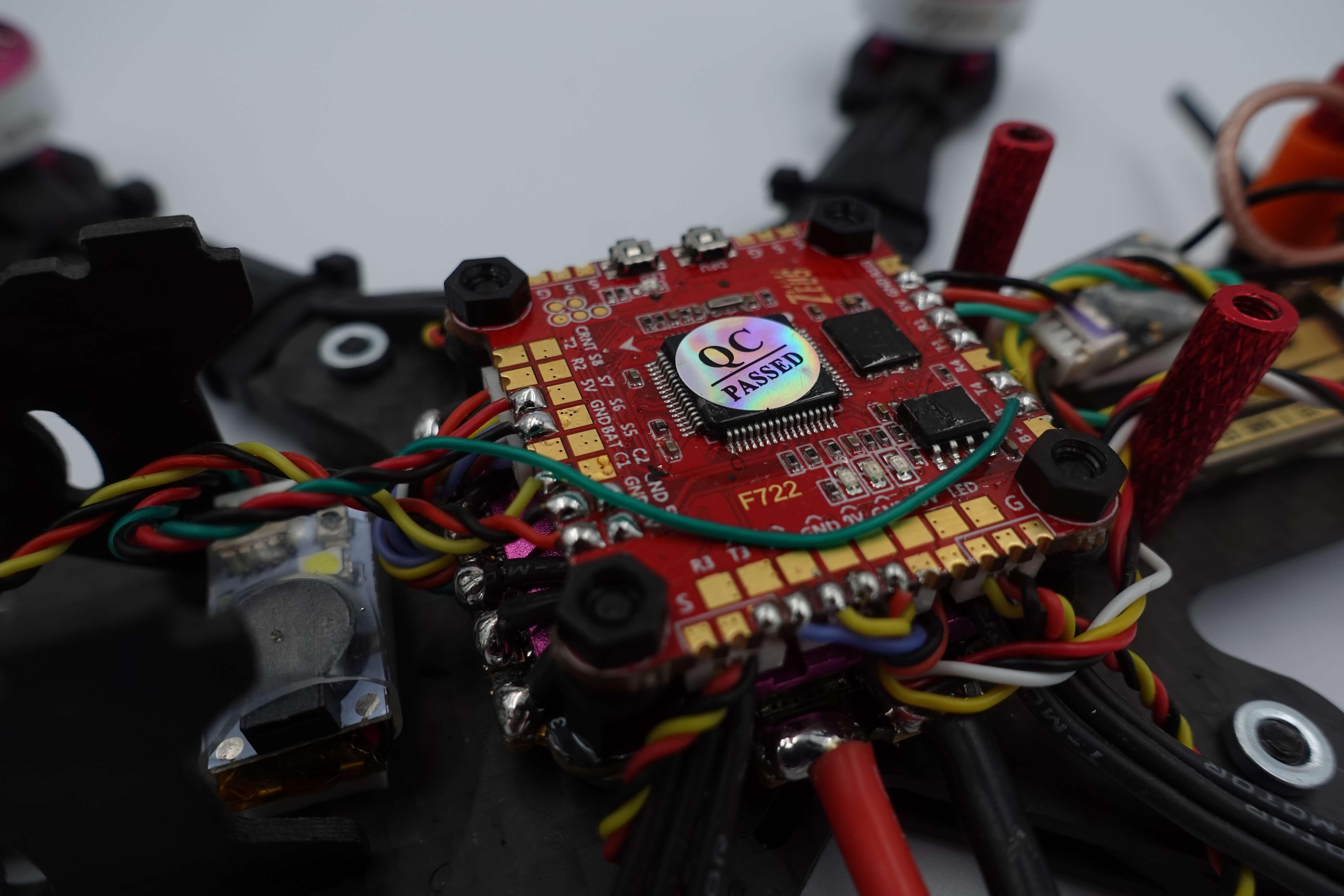 Kontroler lotu Zeus F722 zamontowany w dronie wraz z zamontowanym GPS oraz oświetleniem LED przy pomocy wygodnych wtyczek w dronie wyścigowym FPV