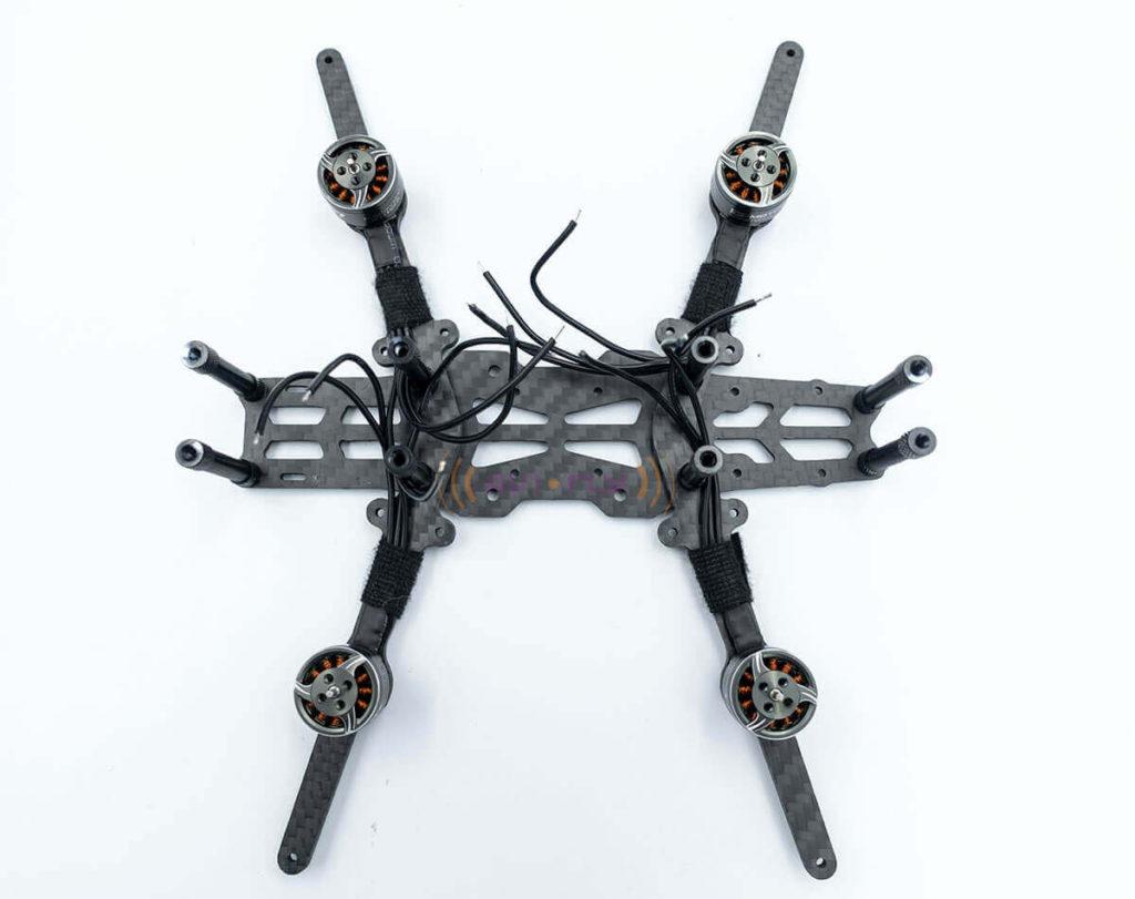 Rama drona FPV z zamontowanymi silnikami.